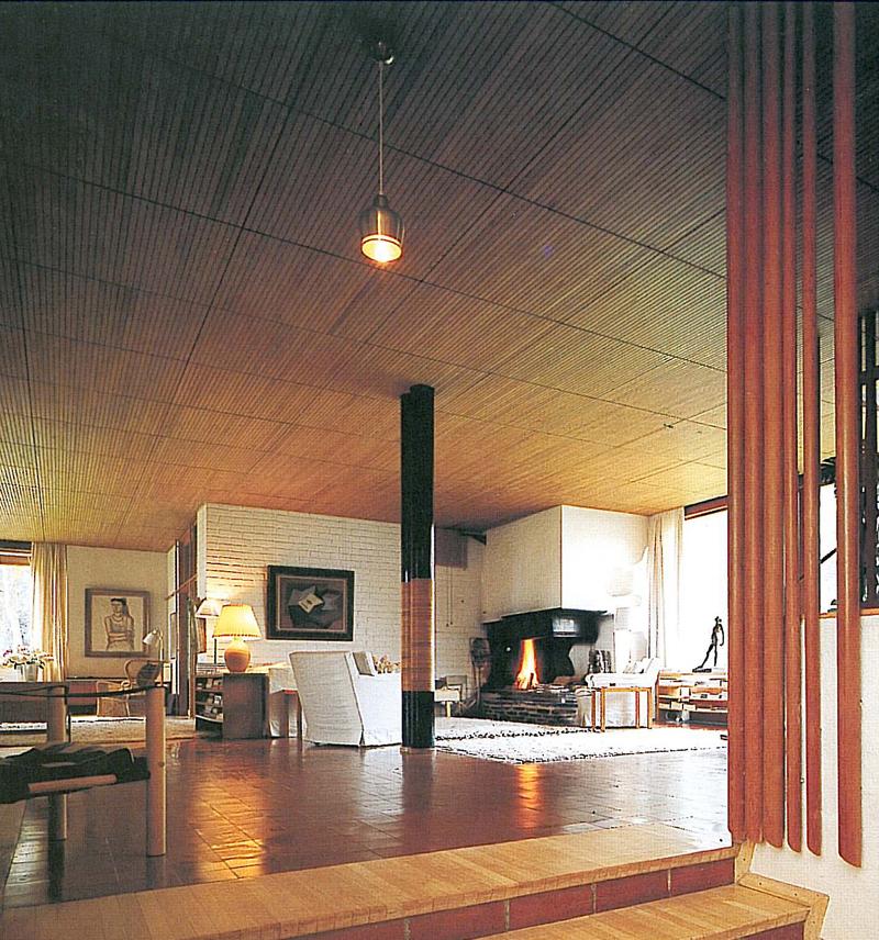 Salone Con Camino A Muro E Scala In Legno : Salone con camino a muro e scala in legno